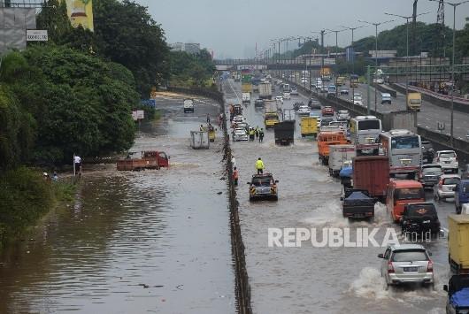 kendaraan-melintasi-banjir-yang-menggenangi-jalan-menujun-pintu-_170221161126-159.jpg